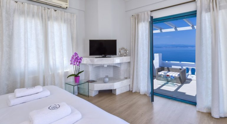 Bedroom with balcony and views to the sea