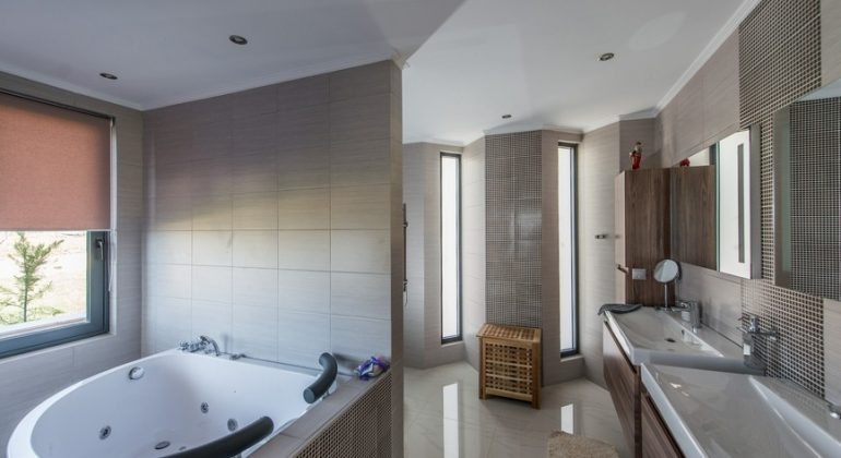 En-suite bathroom with double sinks,a separate shower and a Jacuzzi bathtub