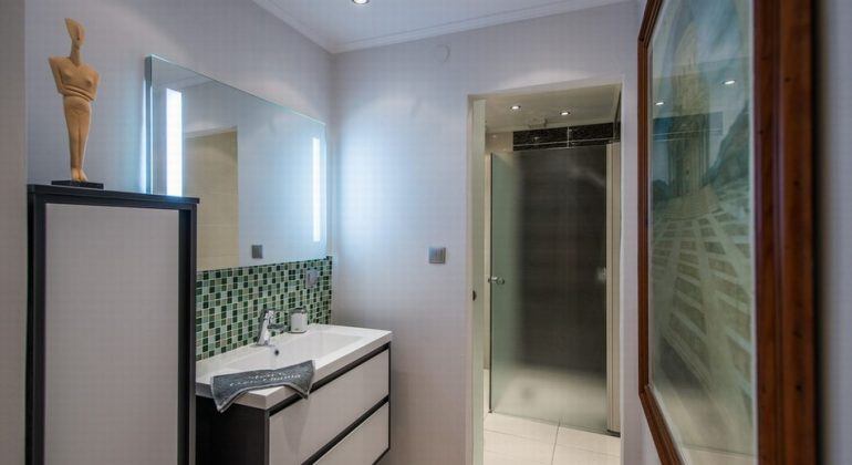 En-suite shower room on the lower floor bedroom