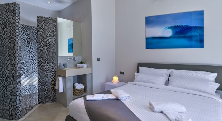 Seaview double bedroom with en-suite snail shower