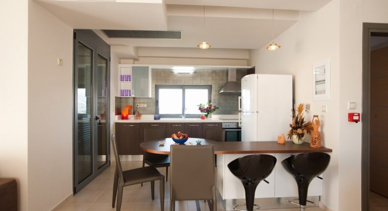 Fully equiped kitchen and dining area