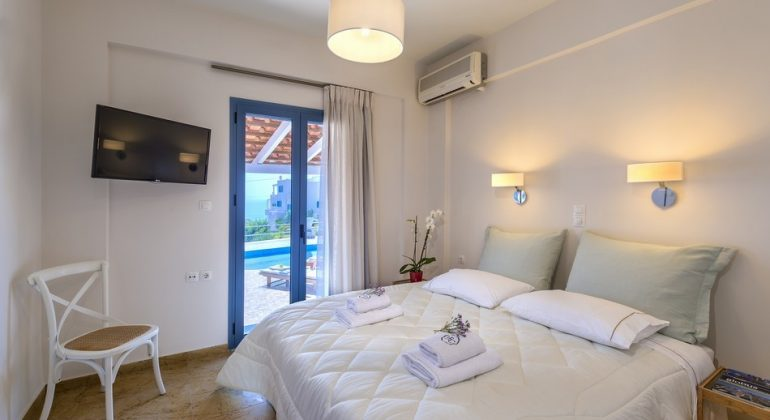 Double bedroom with diret access to the pool
