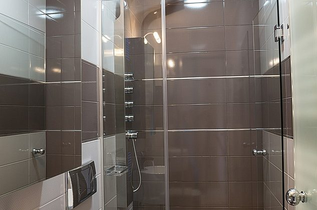 Shower room.