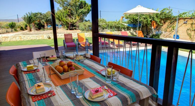 Al fresco meals by the pool