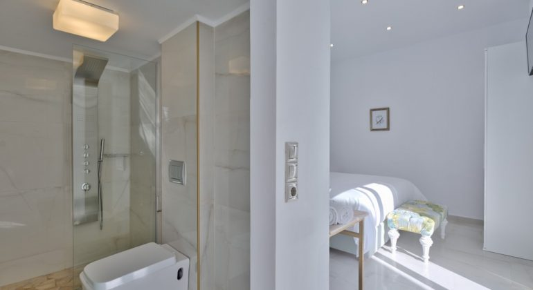 En-suite shower oom (3)