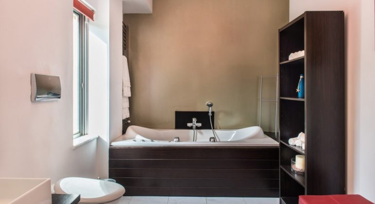 En-suite bathroom with jetted tub