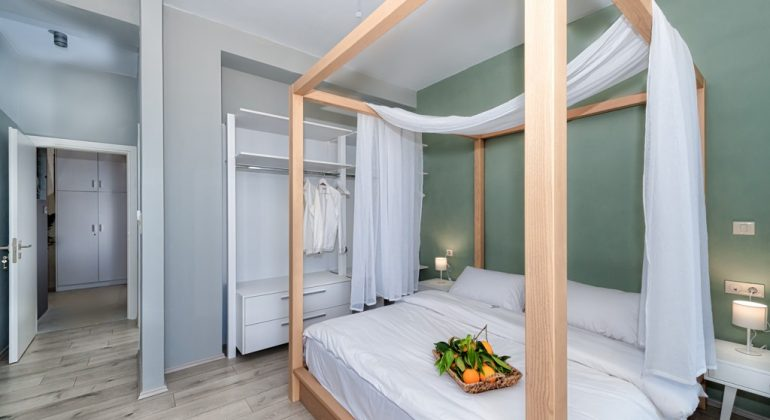 Double bedroom with canopy bed